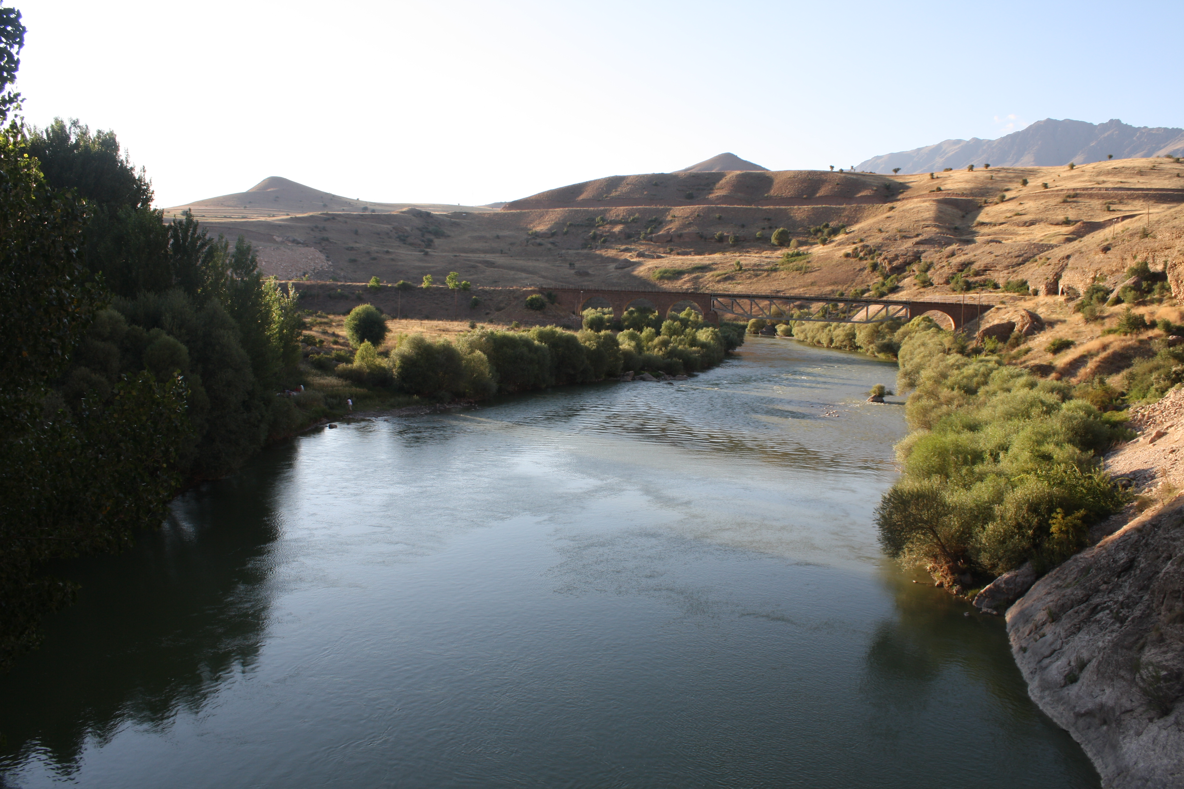 Zwischen Erzincan und Kemah, an der Acemoglu Brücke. Hier wurden 1915 zehntausende Armenier deportiert und umgebracht, 1938 standen auch zazaische Aleviten hier.